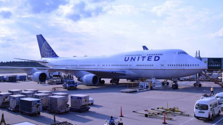 united airline plane