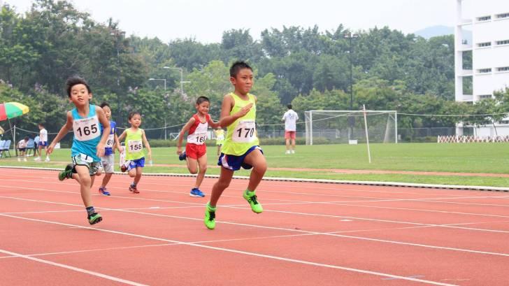 kids running in a track meet