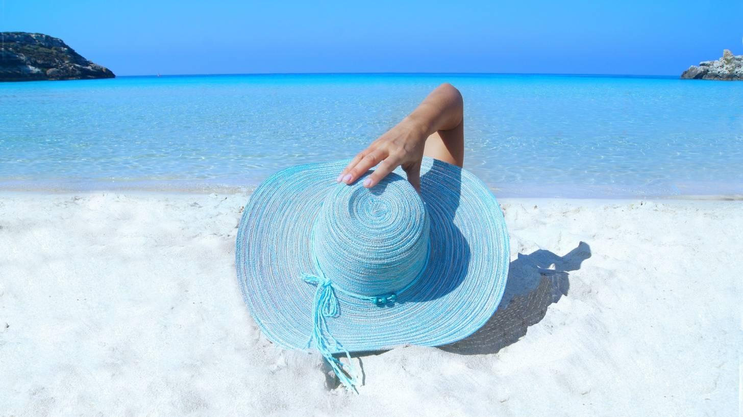 fashion hat on a white beach