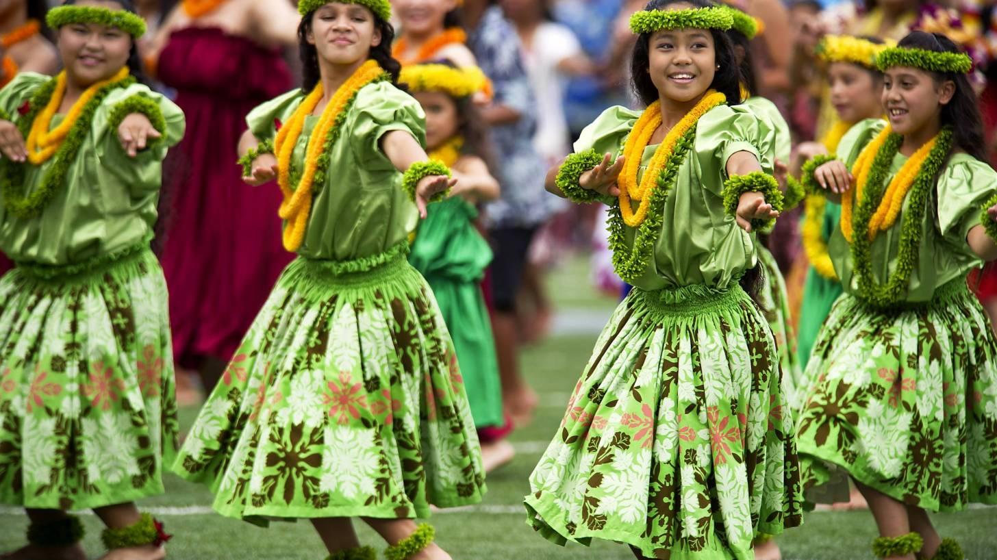 hawaiian hula dancers greeting visitors